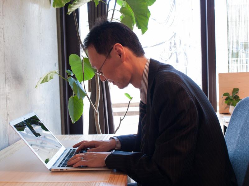 パソコンを操作する姿勢