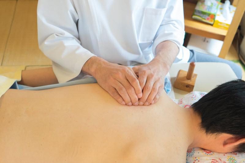 背骨から肩甲骨周辺の筋肉をゆるめて、山脈コリを溶かす