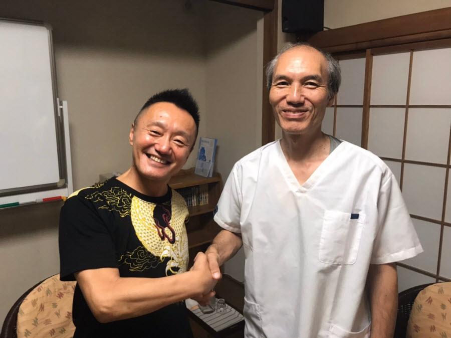 稲吉さんと角谷院長の笑顔